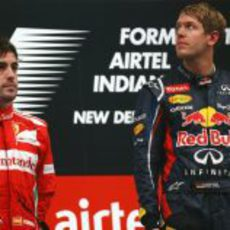 Fernando Alonso y Sebastian Vettel juntos en el podio del GP de India 2012