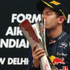 Sebastian Vettel beso su trofeo en Nueva Delhi