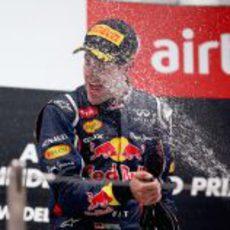 Sebastian Vettel se empapa de champán en el podio de India