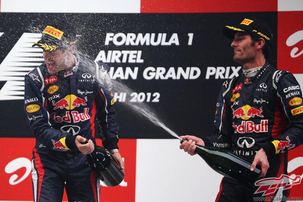 Mark Webber moja a Sebastian Vettel en el podio de India 2012