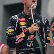 Sebastian Vettel se divierte con champán el podio