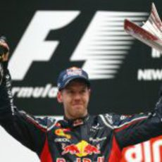 Sebastian Vettel con su trofeo el podio del GP de India 2012