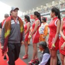 Sergio Pérez pasa frente a las pitbabes