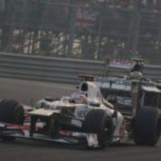 Bruno Senna presiona a Kamui Kobayashi