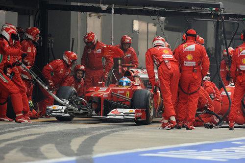 Fernando Alonso realiza su parada en India