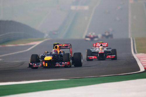 Mark Webber rueda por delante de Lewis Hamilton