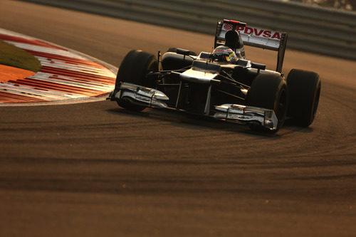 Pastor Maldonado tuvo un pinchazo al comienzo del GP de India 2012