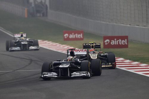 Pastor Maldonado trata de mantener a raya a Grosjean