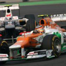 Nico Hülkenberg se defiende en la pista de India