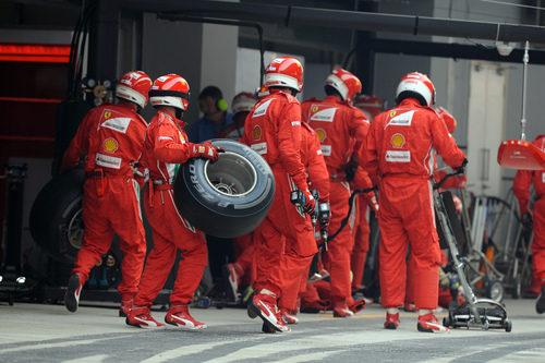 Los mecánicos de Ferrari se preparan para una parada