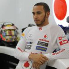 Lewis Hamilton se relaja en el box de McLaren