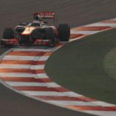 Jenson Button bajo el atardecer de India durante la carrera