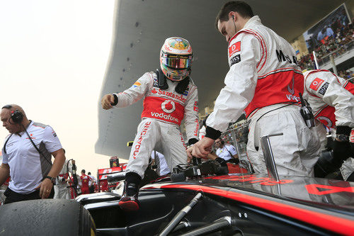 Lewis Hamilton se sube a su McLaren en la parrilla de India