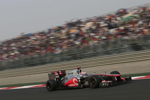 Jenson Button pasa a toda velocidad por una de las rectas de Buddh