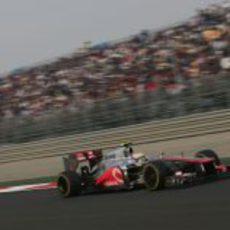 Lewis Hamilton con McLaren en las rectas de Buddh