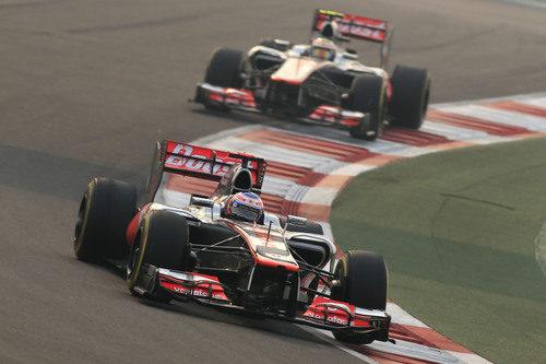 Jenson Button por delante de Lewis Hamilton en la carrera