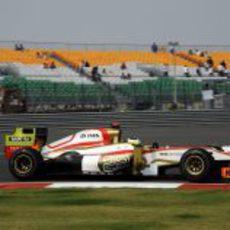 Pedro de la Rosa pasa junto a una de las gradas del Buddh International Circuit
