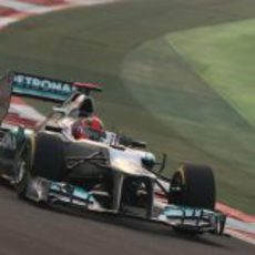 Michael Schumacher pilota su Mercedes en la carrera de India