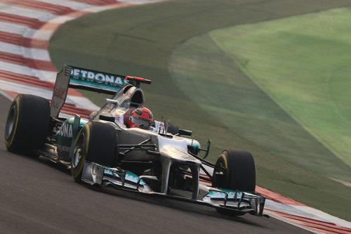 Michael Schumacher pilota su Mercedes en la carrera de India