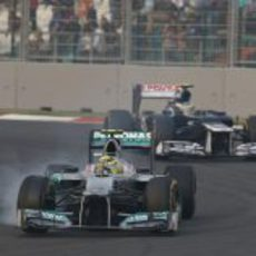 Nico Rosberg bloquea sus ruedas al defenderse de Bruno Senna