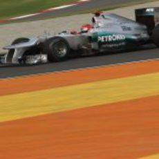 Michael Schumacher pilota su Mercedes W03 en los libres