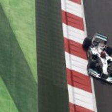 Michael Schumacher pilotando su W03 en el circuito de Buddh