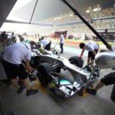 Nico Rosberg regresa a boxes con su Mercedes W03