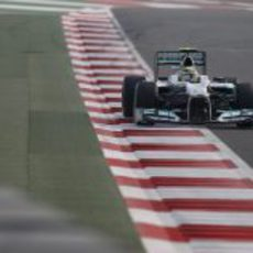 Nico Rosberg pilota con el DRS de su Mercedes abierto en los libres