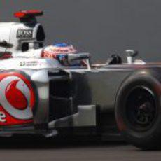 Jenson Button pone a punto su MP4-27 en India