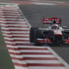 Jenson Button afronta una recta en el circuito de Buddh