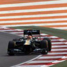 Heikki Kovalainen sale de una curva en India