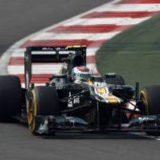 Vitaly Petrov rueda con el blando en la Q1 de la clasificación de India