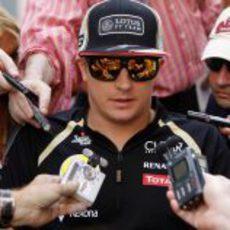 Kimi Räikkönen rodeado de periodistas en Abu Dabi 2012