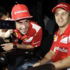 Fernando Alonso muestra una foto con su iPhone 5