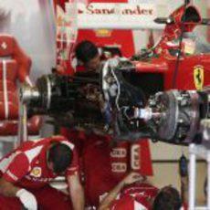Los mecánicos de Ferrari preparan en F2012