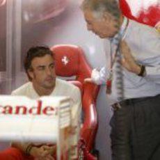 Piero Ferrari habla con Fernando Alonso en Abu Dabi 2012