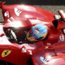 Fernando Alonso sentado en el F2012 en Yas Marina