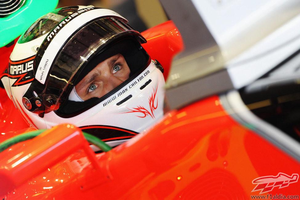 Max Chilton sentado en el Marussia en Abu Dabi 2012