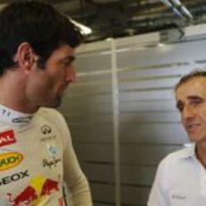 Alain Prost con Mark Webber en el box de Red Bull en Yas Marina