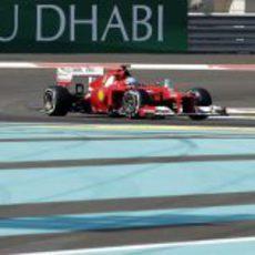 Fernando Alonso rueda en los libres del GP de Abu Dabi 2012