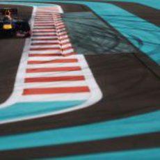 Mark Webber llega a una curva en Yas Marina