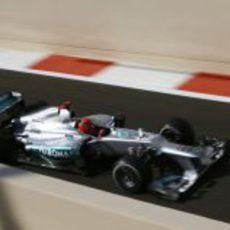 Michael Schumacher en la salida del pit-lane de Yas Marina