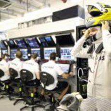 Nico Rosberg se pone el casco ante sus ingenieros de Mercedes