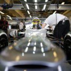 Nico Rosberg se sube a su Mercedes W03