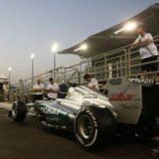 Mercedes esperando en el pit-lane para pasar las verificaciones técnicas