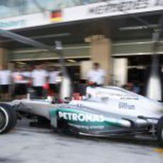 Michael Schumacher regresa a boxes con su Mercedes