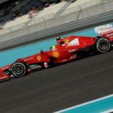 Felipe Massa rueda en el circuito de Yas Marina