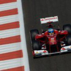 Fernando Alonso afronta una recta en Yas Marina