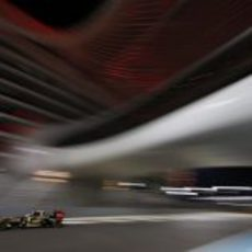 Kimi Räikkönen bajo el espectacular hotel de Yas Marina