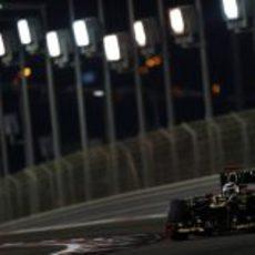 Kimi Räikkönen pilota su Lotus E20 bajo la noche de Abu Dabi